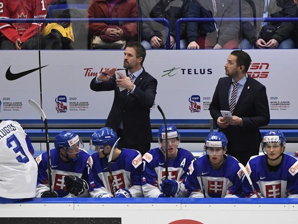 Tréner reprezentácie Slovenska do 20 rokov Róbert Petrovický (vľavo) a jeho asistent Viliam Čacho