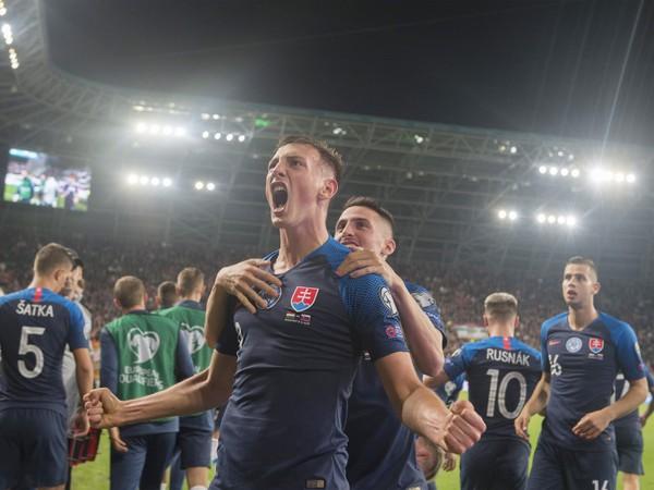 Na snímke gólová radosť hráčov Slovenska, v popredí strelec gólu Róbert Boženík