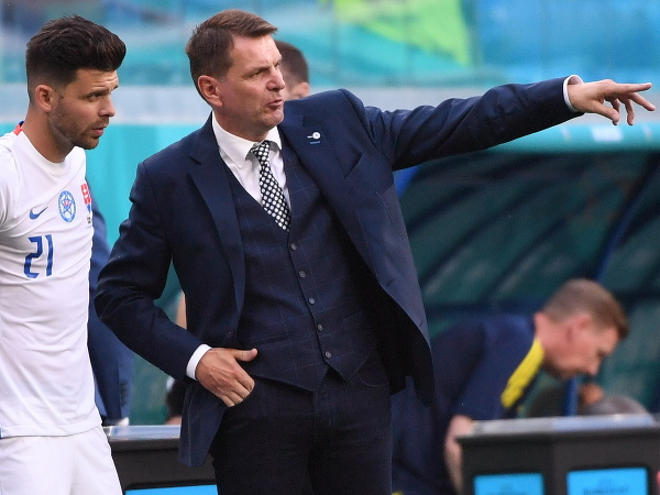 Na snímke tréner slovenskej futbalovej reprezentácie Štefan Tarkovič (vpravo) a slovenský futbalista Michal Ďuriš