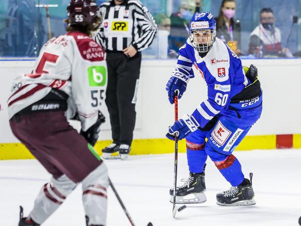 Vpravo Juraj Slafkovský (SR) v druhom prípravnom zápase slovenskej hokejovej reprezentácie pred majstrovstvami sveta 2021 v lotyšskej Rige proti Lotyšsku v Piešťanoch
