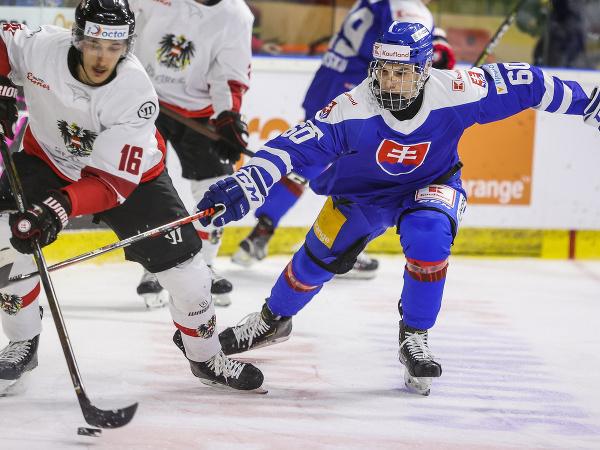 Dominic Hackl (Rakúsko) a Juraj Slafkovský (Slovensko) počas prípravného zápasu