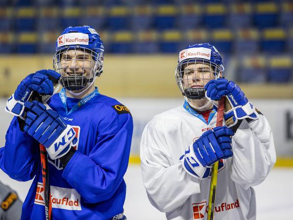 Juraj Slafkovský a Šimon Nemec počas tréningu slovenskej hokejovej reprezentácie