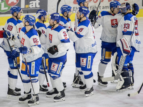 Na snímke slovenskí hokejisti sa radujú z víťazstva 2:1 po samostatných nájazdoch