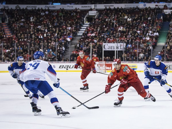 Ruský hokejista Grigorij Denisenko (uprostred), Slováci Daniel Demo (vľavo) a Pavol Regenda