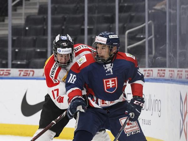 Na snímke vľavo hráč Švajčiarska Alessandro Villa a vpravo hráč Slovenska Martin Chromiak v zápase základnej A skupiny Hlinka Gretzky Cup hráčov do 18 rokov Slovensko - Švajčiarsko