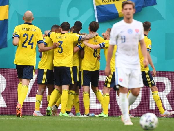 Švédski futbalista sa tešia z gólu