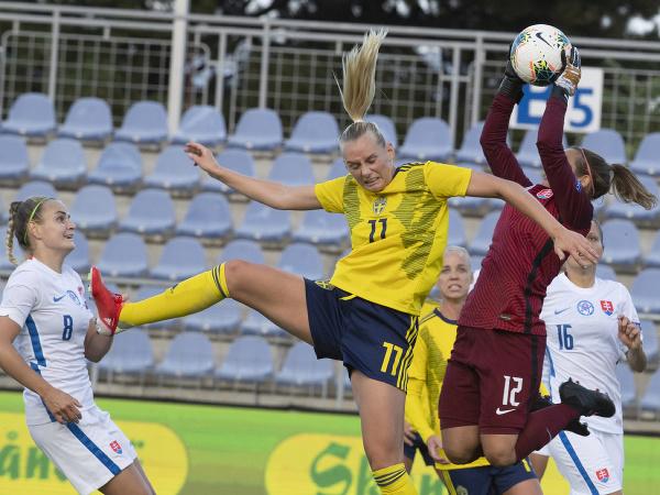 Stina Blacksteniusová (SWE), vpravo brankárka Maria Koreničová a vľavo Diana Lemešová (obe SVK) počas kvalifikácie MS 2023 žien A-skupiny Slovensko - Švédsko
