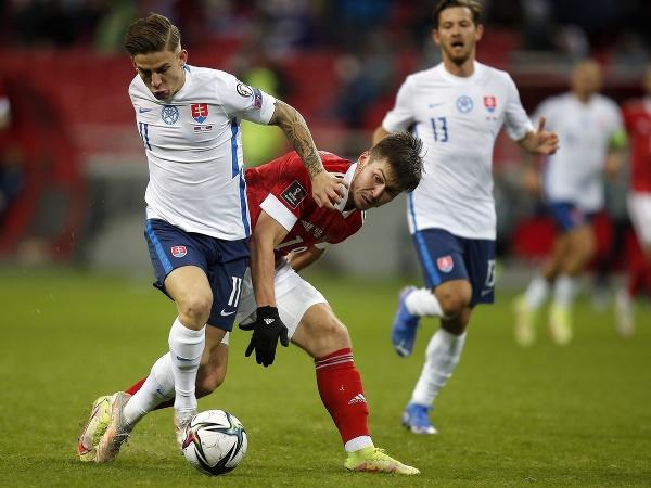 Na snímke vľavo slovenský futbalista Tomáš Suslov a Rifat Žemaletdinov z Ruska