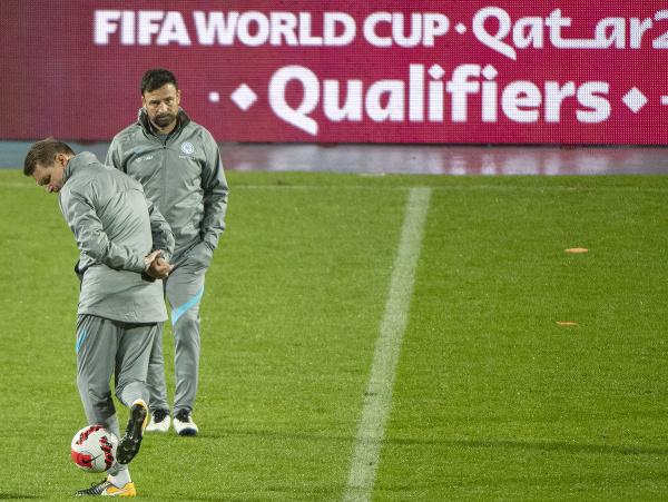 Vľavo s loptou tréner slovenskej futbalovej reprezentácie Štefan Tarkovič a jeho asistent Samuel Slovák počas tréningu pred pondelkovým kvalifikačným zápasom H-skupiny na MS 2022 Chorvátsko - Slovensko