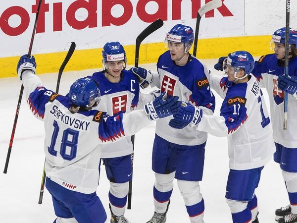 Radosť slovenských hokejistov po góle do siete USA