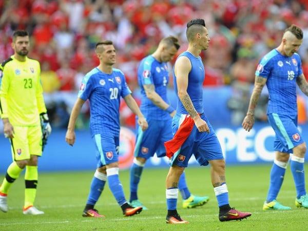 Sklamaní hráči Slovenska po zápase s Walesom