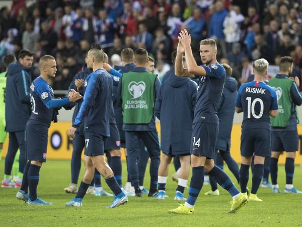 Hráči Slovenska ďakujú divákom po remíze 1:1 s Walesom