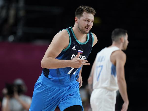 Slovinský basketbalista Luka Dončič v národnom drese na OH v Tokiu