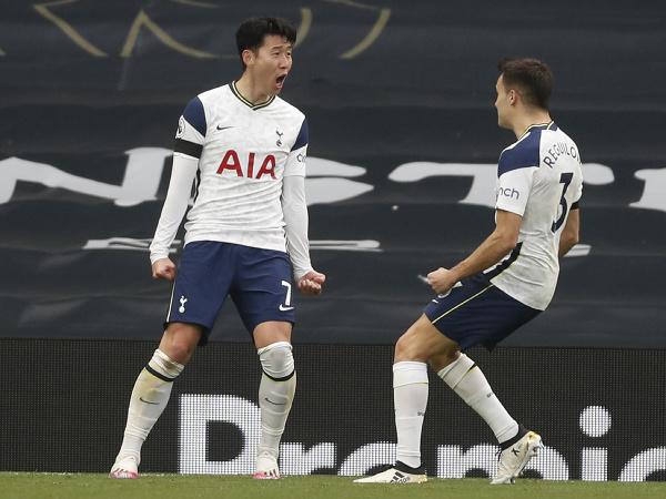 Kórejský futbalista Son Heung-min z Tottenhamu Hotspur sa teší z gólu