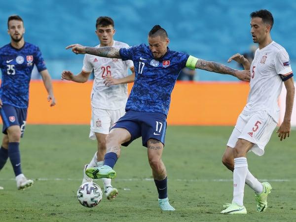 Marek Hamšík a Sergio Busquets (vpravo) počas zápasu