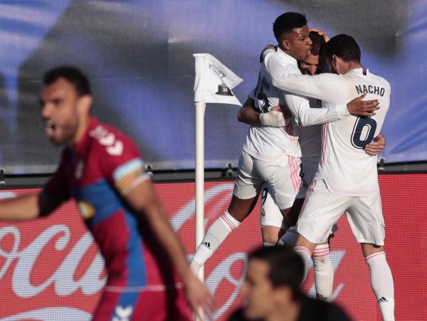 Karim Benzema a jeho gólové oslavy so spoluhráčmi