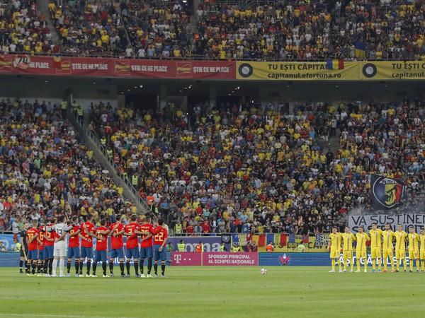 Tím Španielska a Rumunska počas predzápasovej minúty ticha na počesť tragicky zosnulej dcérky Luisa Enriqueho