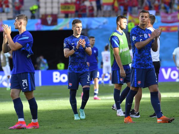 Slovenskí futbalisti sa lúčia s divákmi po prehre so Španielskom