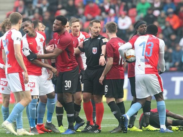 Rozhodcovia v derby pražských S zlyhali
