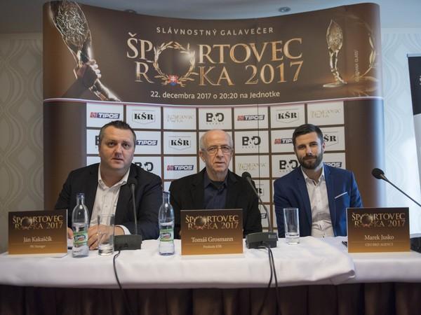 Zľava Ján Kakaščík z B&D Agency, predseda Klubu športových redaktorov (KŠR) Tomáš Grosmann a Marek Jusko z B&D Agency