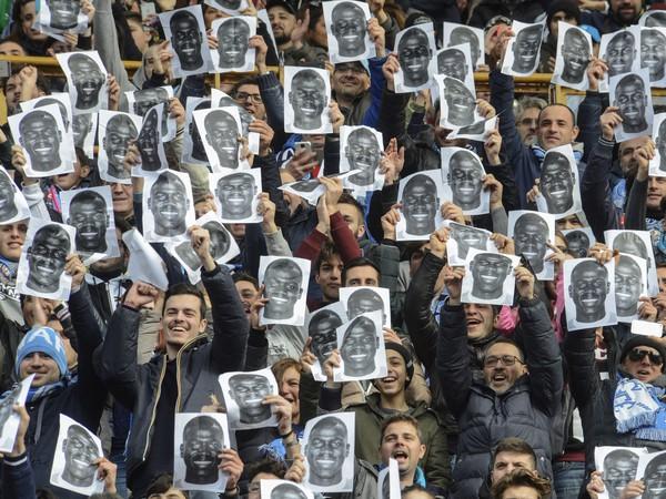 Protest fanúšikov Neapola proti rasizmu, konkrétne tomu, ktorý sa páchal na úkor Koulibalyho