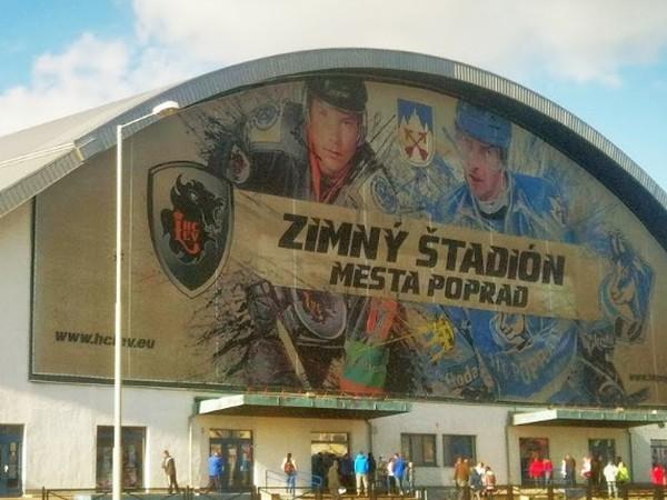 Na popradskom zimáku aj dnes vidieť logo už neexistujúceho klubu Lev Poprad ešte z čias, keď sa na štadióne hrali dve súťaže - KHL aj extraliga.
