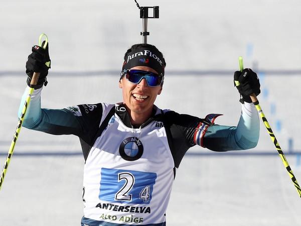 Francúzsky biatlonista Quentin Fillon Maillet sa teší v cieli v štafete mužov na 4x7,5 km