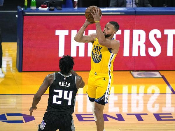 Basketbalista Golden State Warriors Stephen Curry (vpravo) strieľa kôš