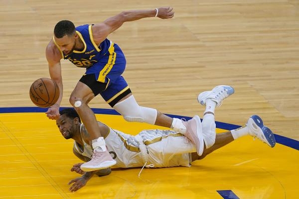 Na snímke hore hráč Golden State Stephen Curry