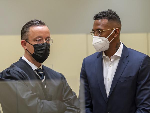 Obvinený Jérome Boateng (vpravo) a jeho právnik Kai Walden