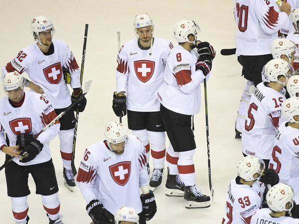Na snímke smutní hráči Švajčiarska po prehre 2:3 po predĺžení v zápase štvrťfinále Kanada – Švajčiarsko