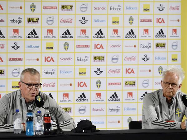 Švédsky tréner Janne Andersson a tímový lekár Anders Valentin