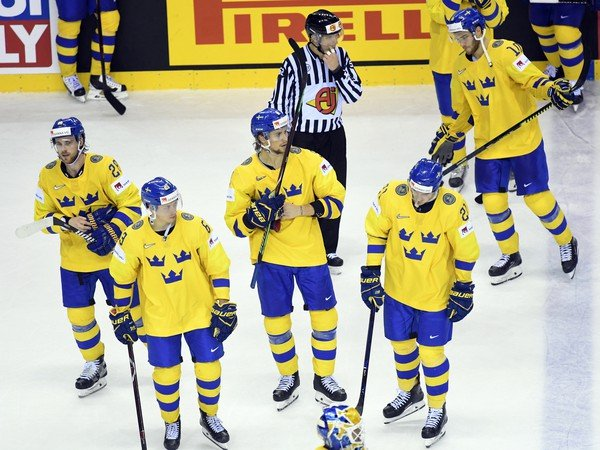 Sklamaní hráči Švédska po prehre 4:5 v štvrťfinálovom zápase s Fínskom