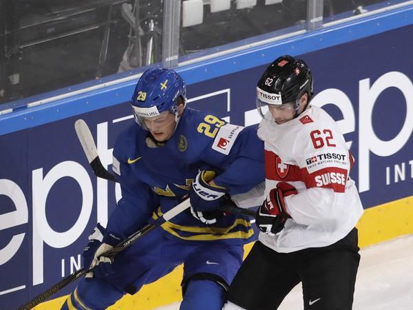 Švajčiarsky hokejista Denis Malgin (vpravo) a Švéd William Nylander počas štvrťfinálového zápasu Švajčiarsko - Švédsko