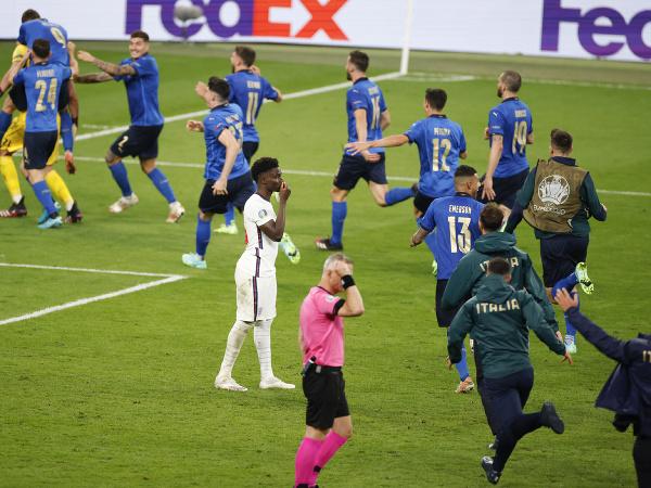 Sklamaný Bukayo Saka po nepremenej penalte a obrovská radosť Talianov