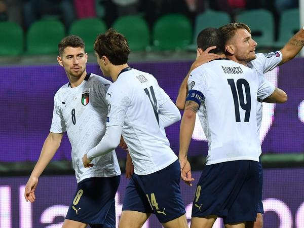 Taliansky hráč Ciro Immobile oslavuje so spoluhráčmi úvodný gól do bránky Arménska