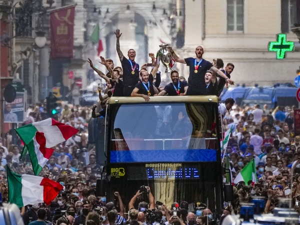 Talianski futbalisti v otvorenom autobuse oslavujú zisk titulu majstra Európy vo futbale