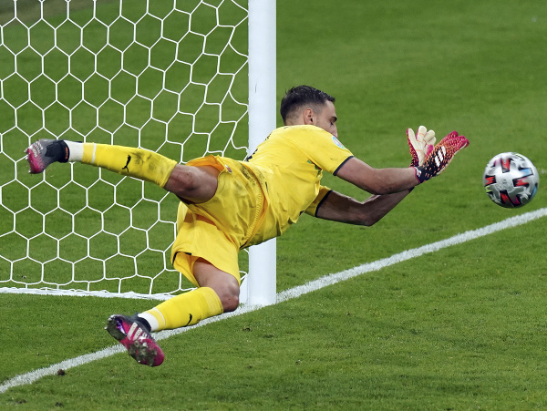 Gianluigi Donnarumma chytá rozhodujúcu penaltu