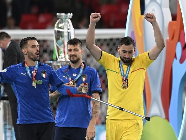 Gianluigi Donnarumma (vpravo) po skončení finálového zápasu EURO 2020