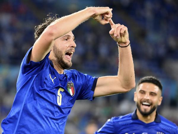 Taliansky stredopoliar Manuel Locatelli oslavuje svoj úvodný gól