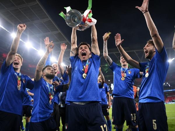 Talianski futbalisti pózujú s trofejou pre majstrov Európy