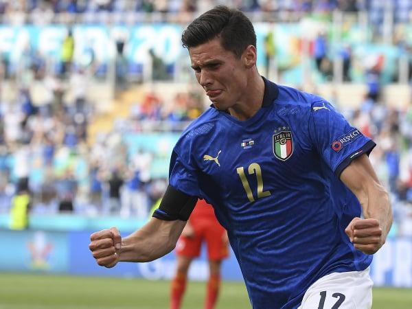 Na snímke taliansky stredopoliar Matteo Pessina oslavuje gól