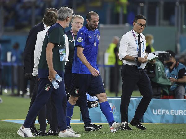 Kapitán Talianska Chiellini odchádza so zranením z trávnika