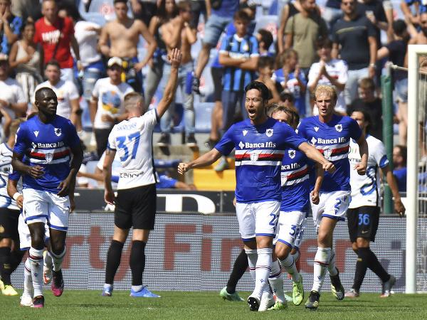 Milan Škriniar (37) reklamuje postavenie mimo hry pri góle Sampdorie
