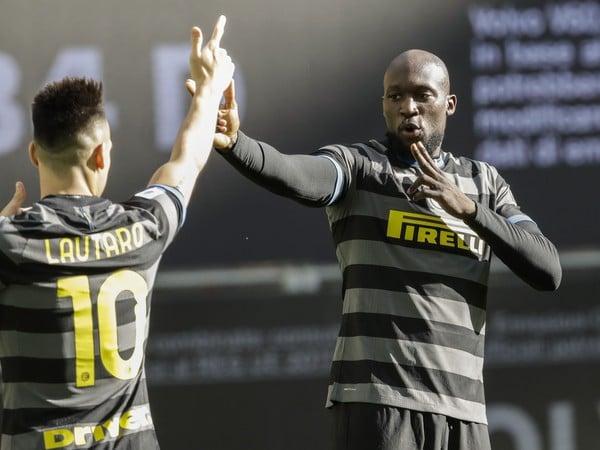 Romelu Lukaku a Lautaro Martínez oslavujú gól Interu
