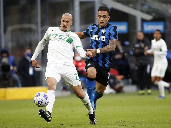 Lautaro Martinez (vpravo) z Interu Miláno a Jeremy Toljan