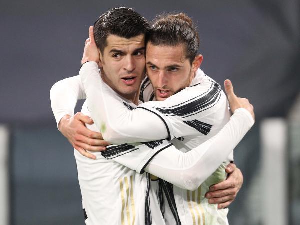 Álvaro Morata a Adrien Rabiot oslavujú gól Juventusu