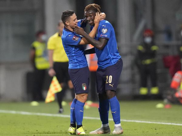 Giacomo Raspadori a Moise Kean sa radujú po góle