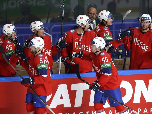 Nórski hokejisti oslavujú gól
