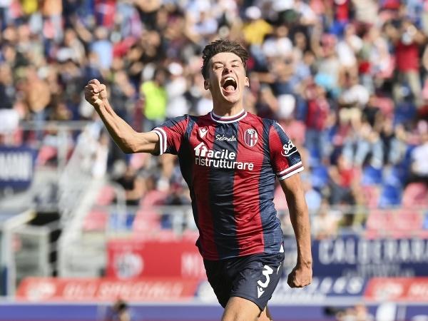 Aaron Hickey oslavuje gól Bologne